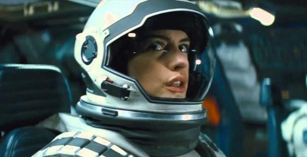 Anne Hathaway ficou muito parecida com Sandra Bullock em Gravidade. :(