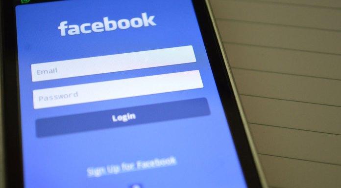 Login para acessar comunidades virtuais do Facebook de um celular.