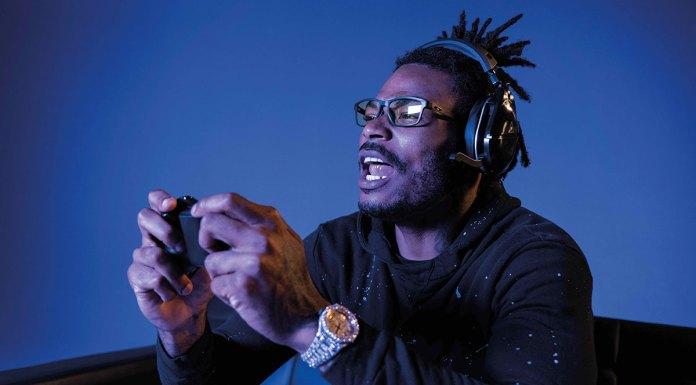 Derwin James usando o óculos para headset.