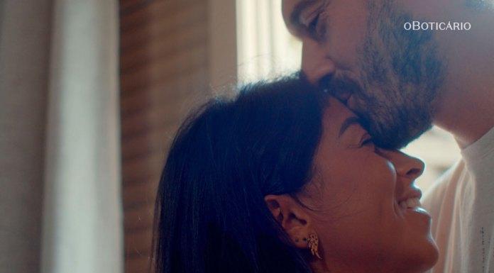Um homem beijando a testa de uma mulher. Cena da campanha de O Boticário retratando histórias reais de amor.