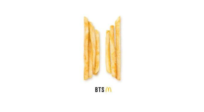 Foto de divulgação do McDonald's sobre a Méquizice do BTS. A foto tem um fundo branco apenas com algumas batatas alinhadas junto a logo do BTS e do McDonald's.