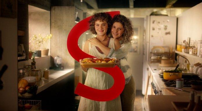 Foto de divulgação para a campanha interativa de dia das mães da Sadia. Na foto aparece uma mãe e filha abraçadas na cozinha, com a filha segurando um prato de frango e um grande