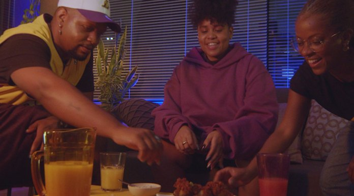 Foto de divulgação da campanha da Sadia com a NBA. Na foto aparece uma família sentada na sala comendo Chicken Wings enquanto assistem ao jogo.