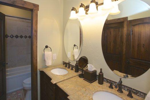Grist & Bunk Room Bathroom