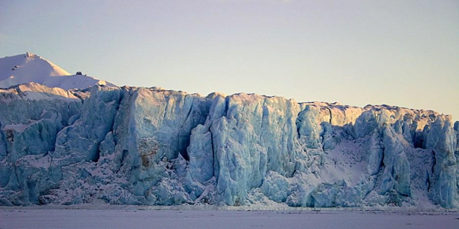 Lodowiec Tuna (Tunabreen) zimą. W ciągu lata z tego 50-metrowego klifu do morza obrywają się małe góry lodowe. Fot. Jakub Małecki