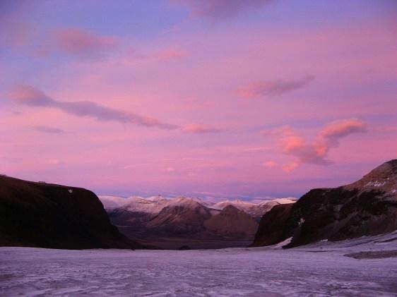 Purpurowe niebo nad lodowcem Sven (Svenbreen). Fot. J. Małecki