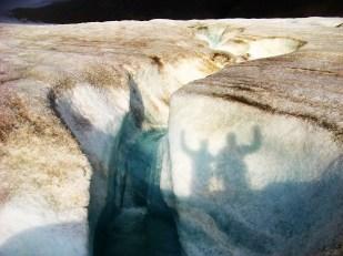 Kanały supraglacjalne cechują się niezwykłą krętością. Są tym głębsze, im więcej wody płynie kanałem i im bardziej stroma powierzchnia lodowca. To dlatego kanały są najgłębsze w częściach czołowych lodowców. Na zdjęciu: meandrujący potok supraglacjalny na lodowcu Ragnar. //Supraglacial channel on Ragnar glacier (Ragnarbreen). Fot. Jakub Małecki, 2014//