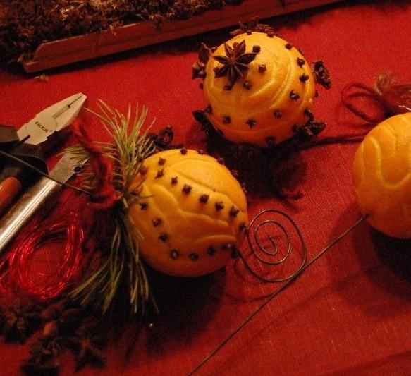 Julpynt av apelsiner med stjärnanis och kryddnejlikor