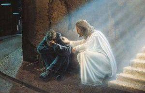 Manlig ängel tröstar gråtande pojke