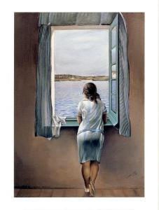 Kvinna tittar ut mot havet genom fönster