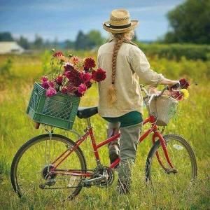 Kvinna cykel blommor