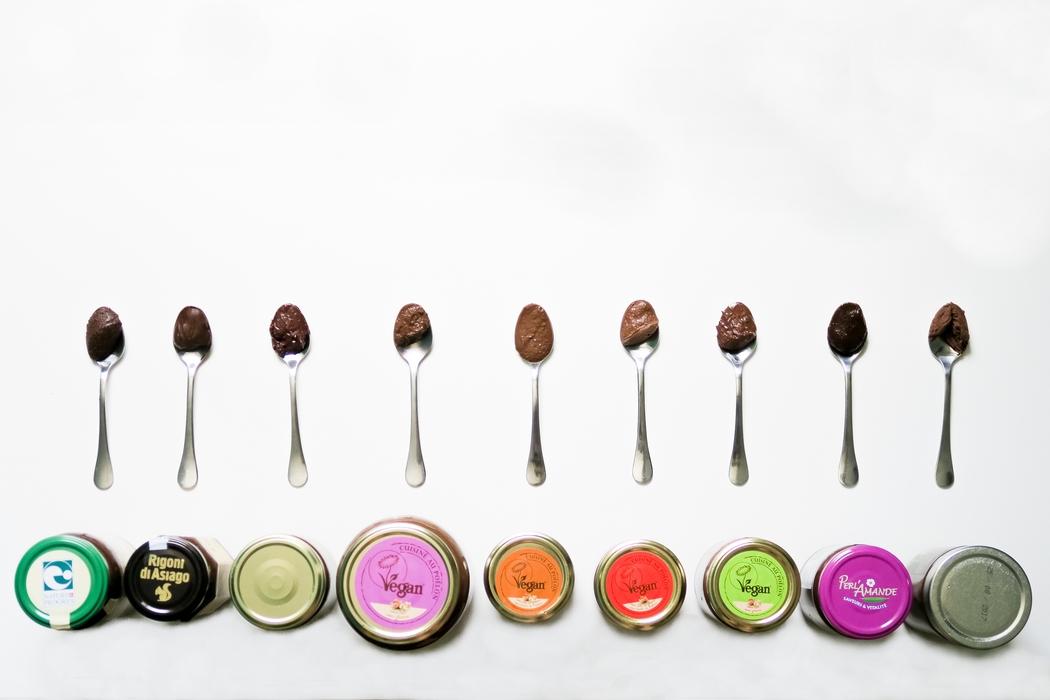 Une pâte à tartiner au chocolat, éthique, végane et délicieuse pour remplacer le Nutella ? Oui ça existe ! Il y a même l'embarras du choix. Présentation des pâtes à tartiner véganes, sans lactose, sans gluten, souvent sans huile de palme, bio, avec peu de sucre mais beaucoup de noisettes ou autres noix. J'ai testé 9 pâtes à tartiner présentes sur le marché français et facilement trouvables : les marques de chez Noiseraie comme la Chocolinette et le Nuét+, la Nocciolata de Rigoni di Asiago, la Chocolate de Jean Hervé ou encore la pâte à tartiner végane de Dardenne. Voici les résultats de mon crash test !