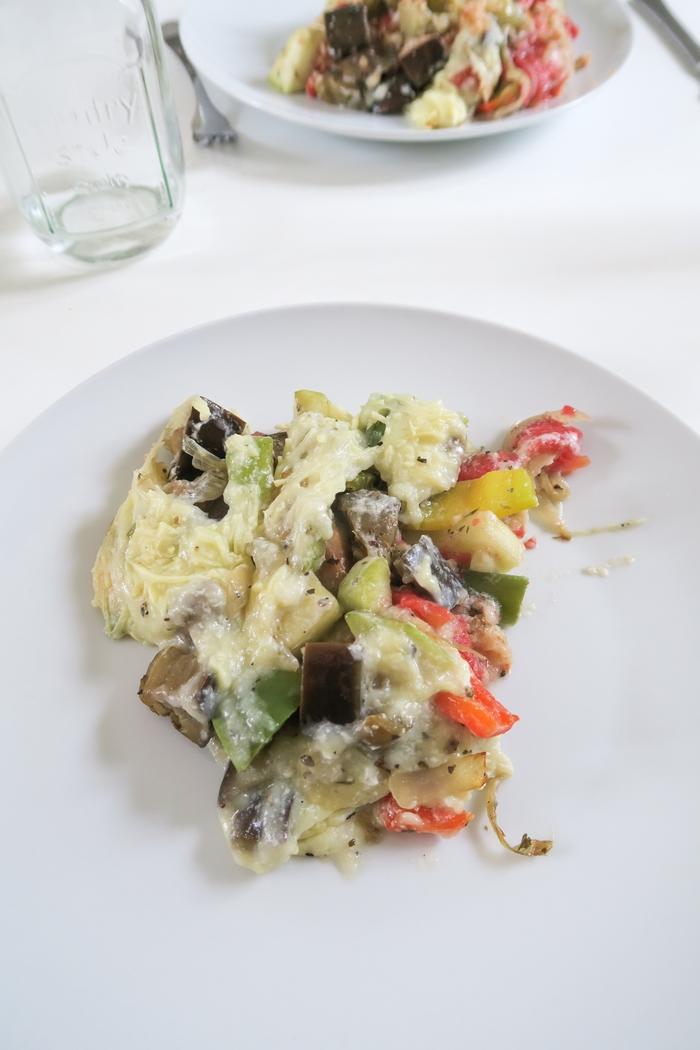 Pour prolonger l'été, j'ai choisi de faire gratiner des beaux légumes du soleil avec le nouveau fromage végétal de Nature & Moi : un délice ! Ce gruyère végétal a une texture fondante, onctueuse et fait des fils, je suis conquise. Mon gratin de légumes végane a eu un beau succès. Ce faux fromage ou « faux-mage » est bio, sans lactose, sans soja, sans huile de palme.