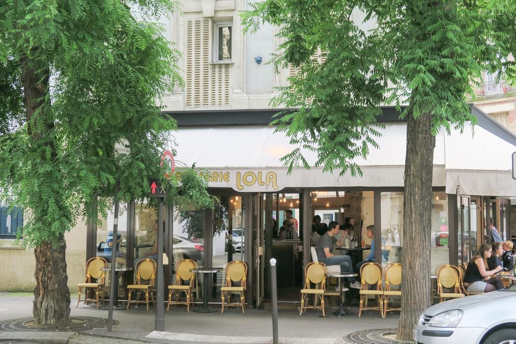 Brasserie Lola c'est un restaurant à l'apparence de brasserie traditionnelle sauf que la carte est exclusivement végétale ! Les tables et tabourets hauts invitent à boire une bière entre amis ou manger un plat rapide et savoureux à choisir sur la carte qui change au gré des saisons : kebab frites, spaghetti à la bolognaise, burger, risotto... Une adresse qui ravira les végétariens, végétaliens, véganes, tout autant que les omnivores ! A découvrir d'urgence à Paris.