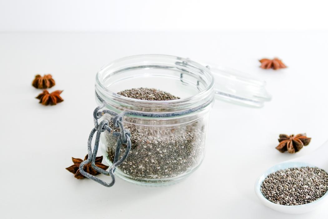 La graine de chia est devenue la mascotte de l'alimentation saine ! Ces petites graines noires ou blanches sont des superaliments (superfood en anglais), originaires d'Amérique Latine. Sans gluten, sans cholestérol, sans sodium, elles sont riches en nutriments, en fibres et en antioxydants. De vraies petites bombes naturelles pour booster l'énergie et l'immunité en toute saison ! On les consomme dans les jus, les smoothies ou encore sur les salades. Les graines de chia font aussi le bonheur des véganes car elles s'utilisent en pâtisserie pour remplacer les œufs.