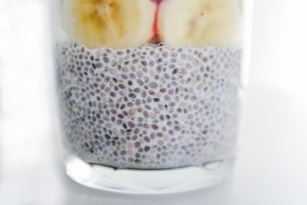 Le pudding de chia est la façon la plus populaire de consommer des graines de chia. On le croise souvent dans les petits déjeuners de la sphère « green et healthy » car il est nutritif, rassasiant tout en restant light. On peut sans problème l'intégrer à un régime pour une perte de poids et mincir sans s'affamer. La graine de chia est un superaliment, ou superfood. Hyper nourrissante, protéinée, vitaminée, antioxydante, elle apporte de l'énergie, booste le système immunitaire, rétablisse l'équilibre interne… Une petite graine aux super pouvoirs !
