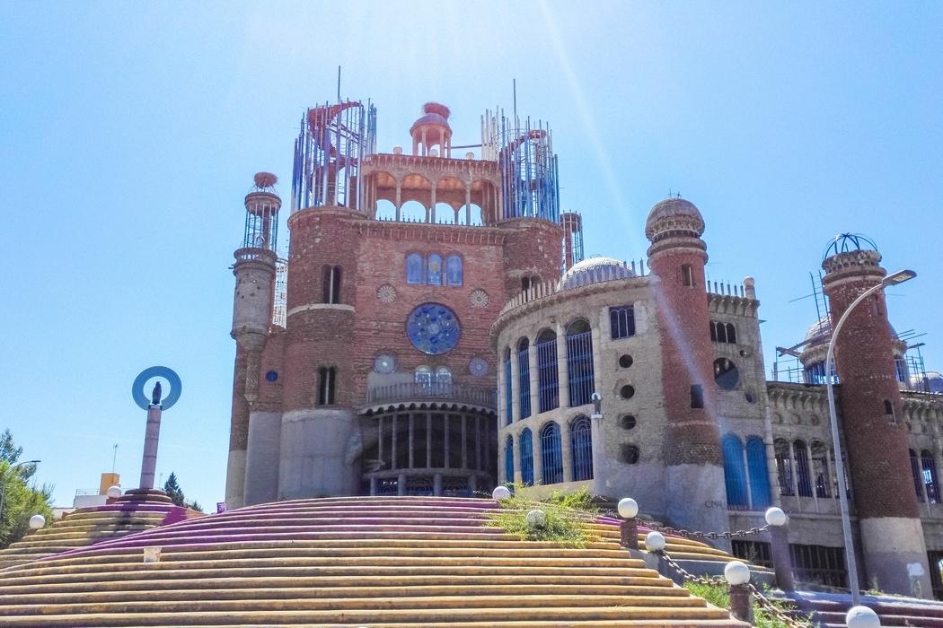 La cathédrale de Justo Gallego, située dans la banlieue de Madrid, est l'oeuvre d'un homme comme on en rencontre si peu dans une vie, voire jamais...
