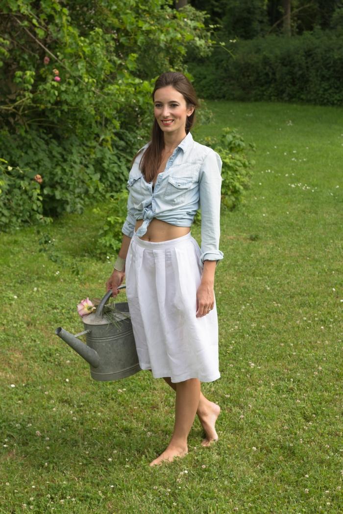 Investir dans un vêtement éthique, c'est un pas que nous sommes de plus en plus nombreux à vouloir franchir. Chacun possède ses propres critères. Pour moi, un vêtement éthique consiste en une pièce qui n'a pas engendré de souffrance animale ni humaine et qui a été produite localement, en respectant l'environnement. Pour cet été, un seul article a intégré ma penderie, il s'agit d'une jupe mi-longue blanche en lin de la marque Conouco. Le lin est une matière écologique, entièrement biodégradable, hypoallergénique et antibactérienne. Sa culture demande très peu d'engrais et ne nécessite pas d'irrigation.