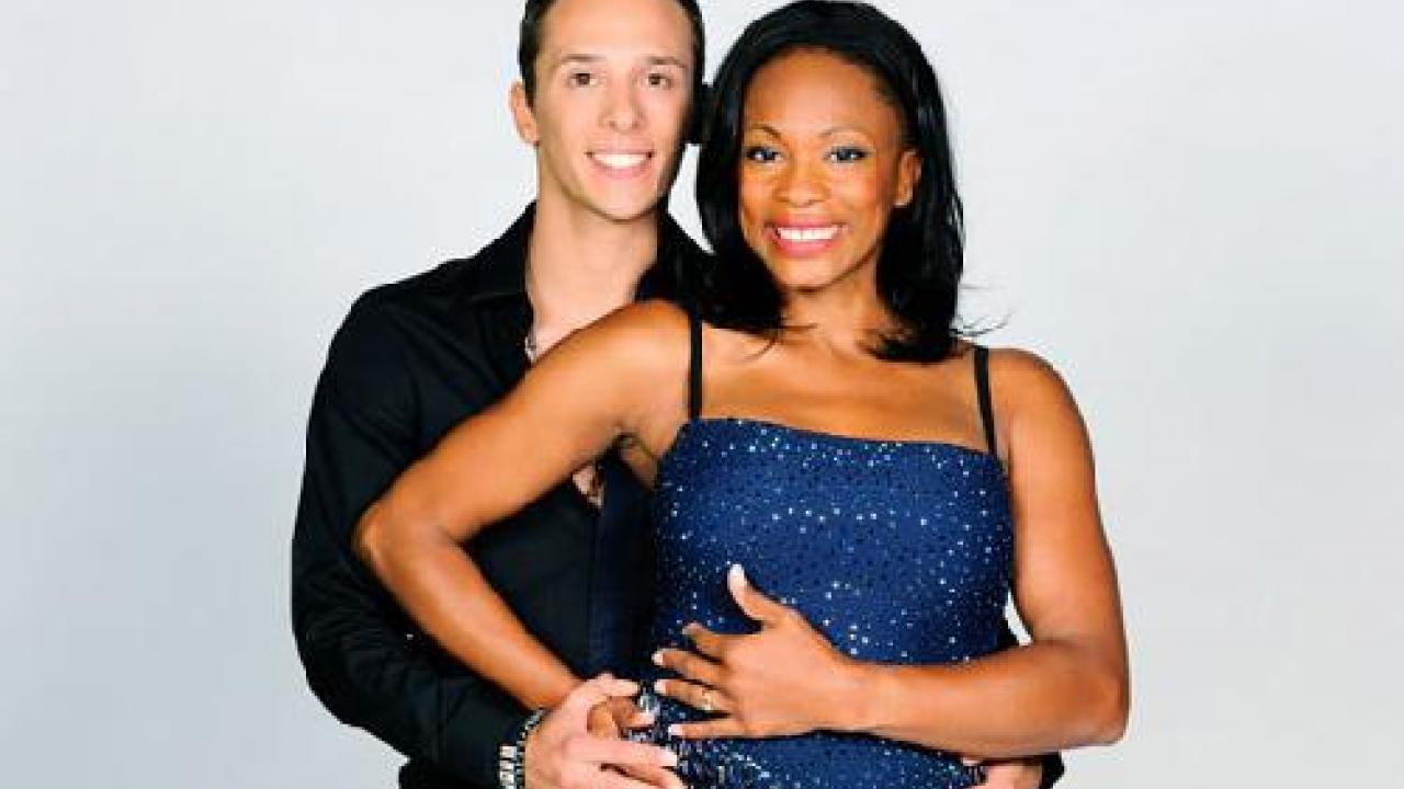 Laura flessel qui pose avec un danseur pour danse avec les stars