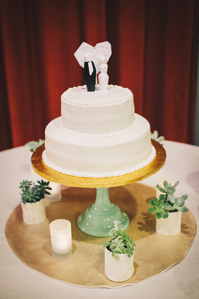 modern white cake | Jerry Yoon Photographers | Glamour & Grace