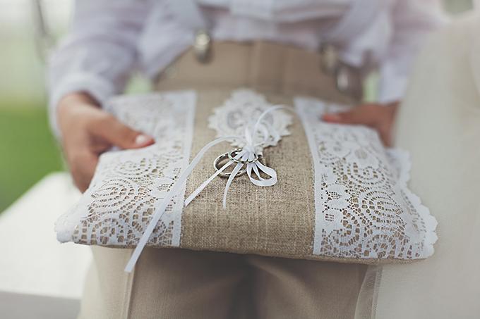 burlap and lace ring bearer pillow | Tara Tomlinson Photography  | Glamour & Grace