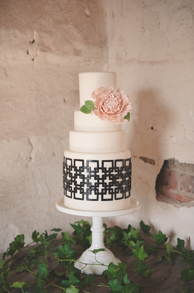 romantic graphic cake | Bit of Ivory Photography | Glamour & Grace