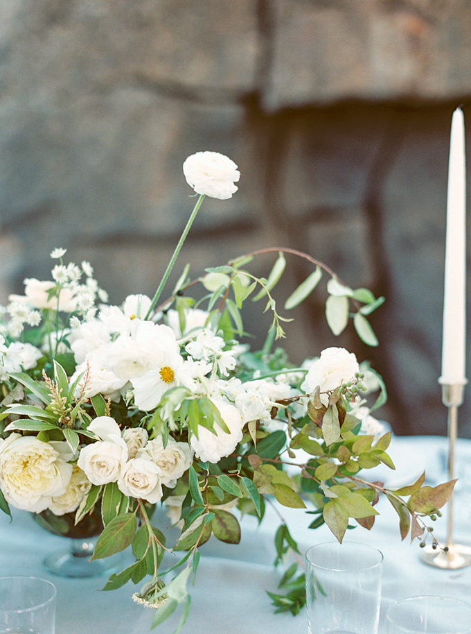 blue and white centerpiece | Connie Whitlock Photography | Glamour & Grace