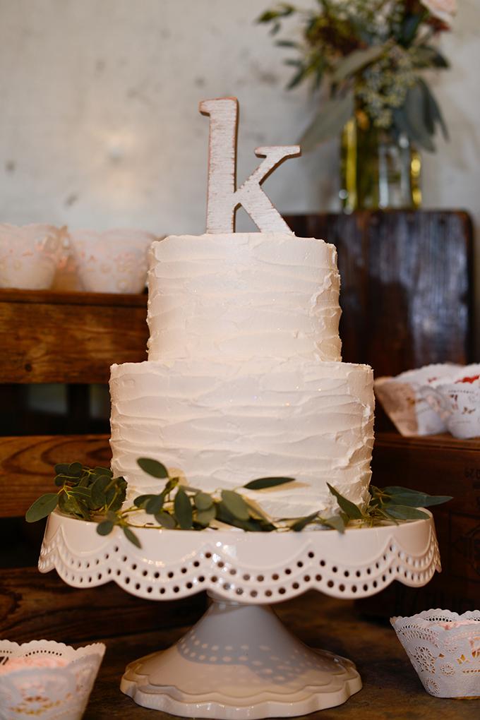 simple white wedding cake | Eureka Photography | Glamour & Grace