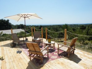Terrasse au glamping Le Campement Tamana à Bidon en Ardèche