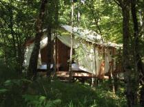 Environnement tente lodge au glamping Terre Rouge à Villecomtal en Midi-Pyrénées