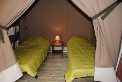 Chambre tente lodge au glamping Camping La Castillonderie à Montignac-Thonac en Aquitaine
