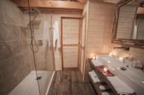 Salle de bain du Lodge St-Emilion avec sa douche à l'italienne au glamping d'Emilion de Sens à Gardegan et Tourtirac en Aquitaine
