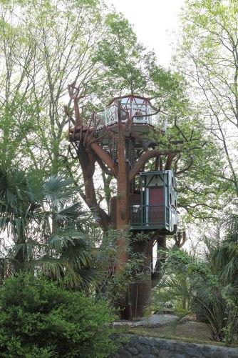L'arbre enchanté avec les 3 cabanes au glamping Les Nids d'Hôtes à Cambo-les-Bains en Aquitaine