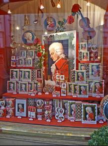 Salzburger Schaufenster mit Devotionalien - Mozart-Kugeln - Mozart-Taler - Mozart-Rosen - Mozart-Heiligenbild