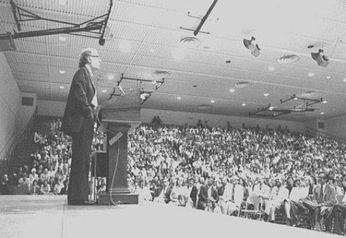 Isaac Asimov an einer internationalen Konferenz im November 1974 in Newark