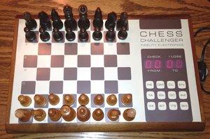 Vorbei die schönen Anfangsjahre des Computerschachs in den 1970er und -80er Jahren, als jeder Amateur die Blechkisten - hier ein früher «Chess Challenger» von Fidelity Electronics - mit einfachen Bauernopfern bezwingen konnte...