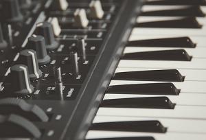 Zeitgenössische Musik - Elektronische Musik - Schalt-Mischpult - Klaviertastatur - Glarean Magazin