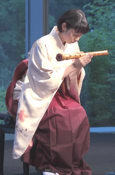 Japanische Musikerin mit der Bambusflöte Shakuhachi - Glarean Magazin