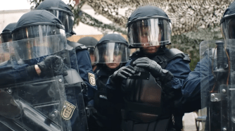 und morgen die ganze Welt - Film-Rezension - Polizei-Szene - Glarean Magazin