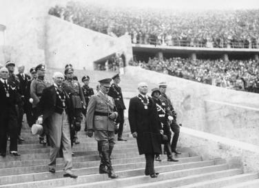 Willkommene PR-Bühne für Nazi-Deutschland: Die Berliner Sommer-Olympiade 1936 (Einmarsch zur Eröffnungsfeier, im Vordergrund Hitler, links IOC-Präsident Baillet-Latour, rechts OK-Präsident Theodor Lewald)