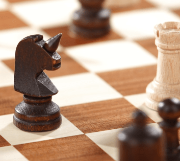 Piezas de ajedrez de torre blanca y caballero negro - Glarean Magazin