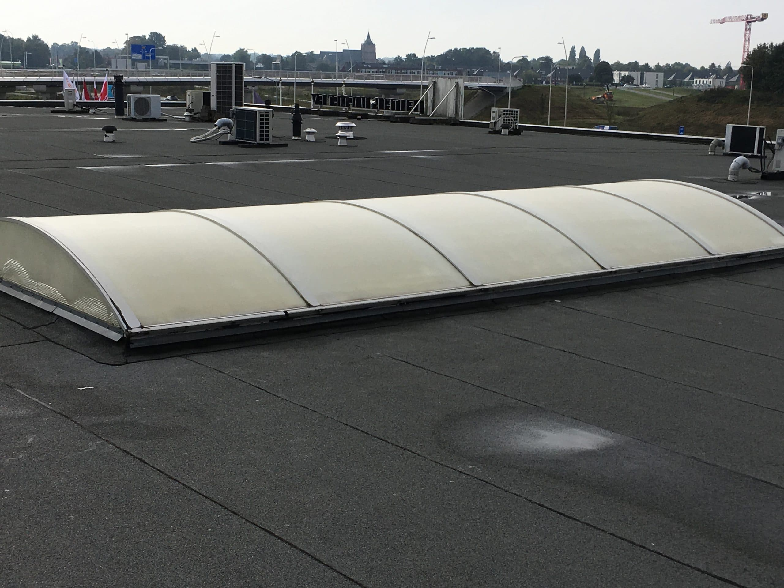 Door het aanbrengen van Sunblock zonnewarmte werende coating op kunststof lichtstraten kan de zonnewarmte wering tot 55% gereduceerd worden. Toepasbaar op kunststof, draadglas of glas