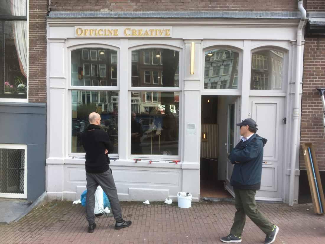 Amsterdam - Winkelruimte - montage van Sunblock OSX80 glasfolie beschermt de goederen in de etalage tegen veroudering en verkleuring. Zonnewarmte wering tot 54%, totaal niet opvallend en 99,5% UV werend