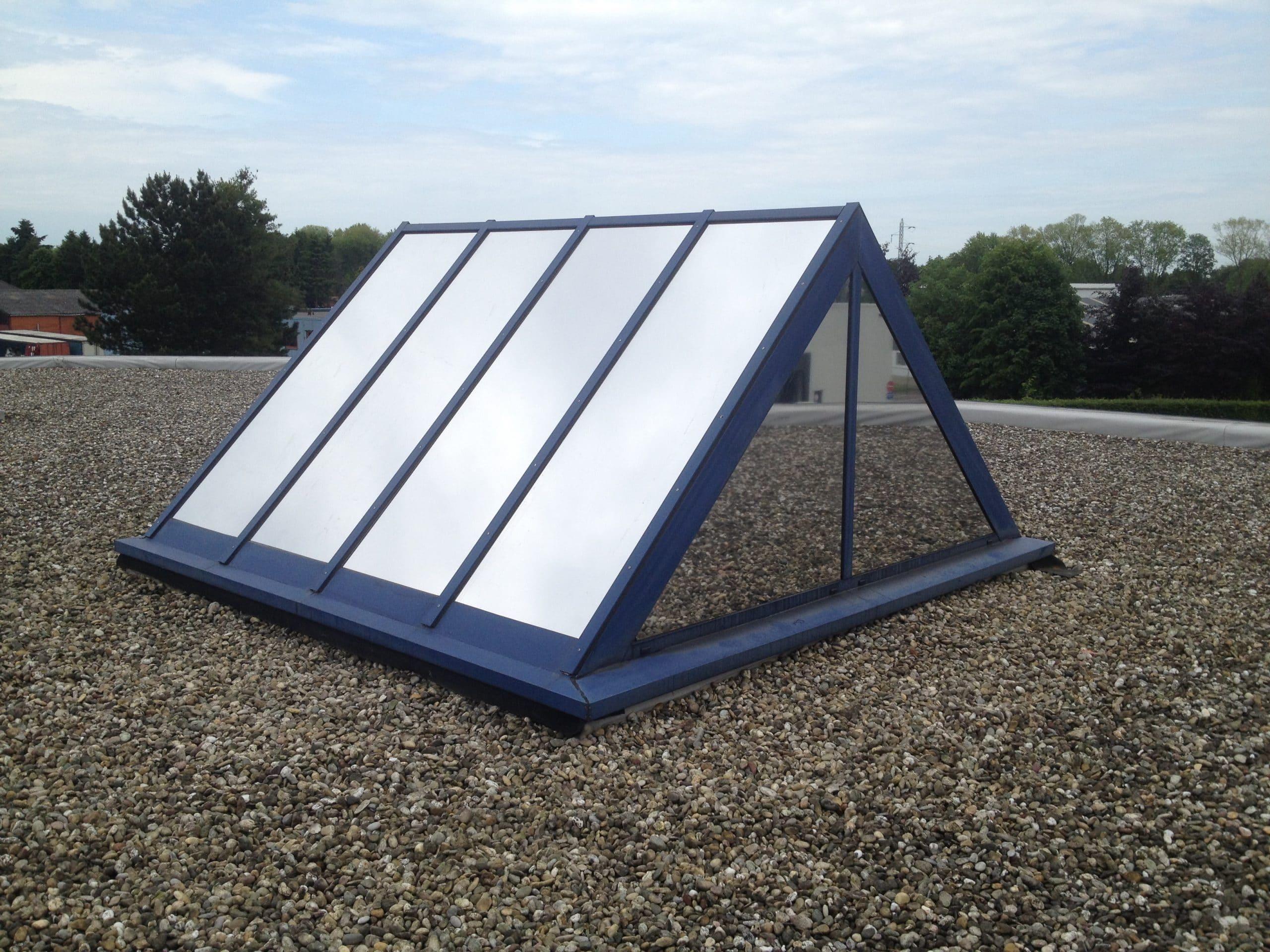 Sunblock Zilver 20 glasfolie kan op glazen lichtstraten aangebracht worden en weert dan tot 86% van de zonnewarmte