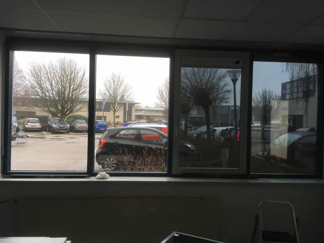 Bedrijfsruimte voorzien van Sunblock Truevue 15 teneinde de inkijk van buiten sterk te reduceren. Gelijk wordt de instraling van de zonnewarmte gigantisch vermindert