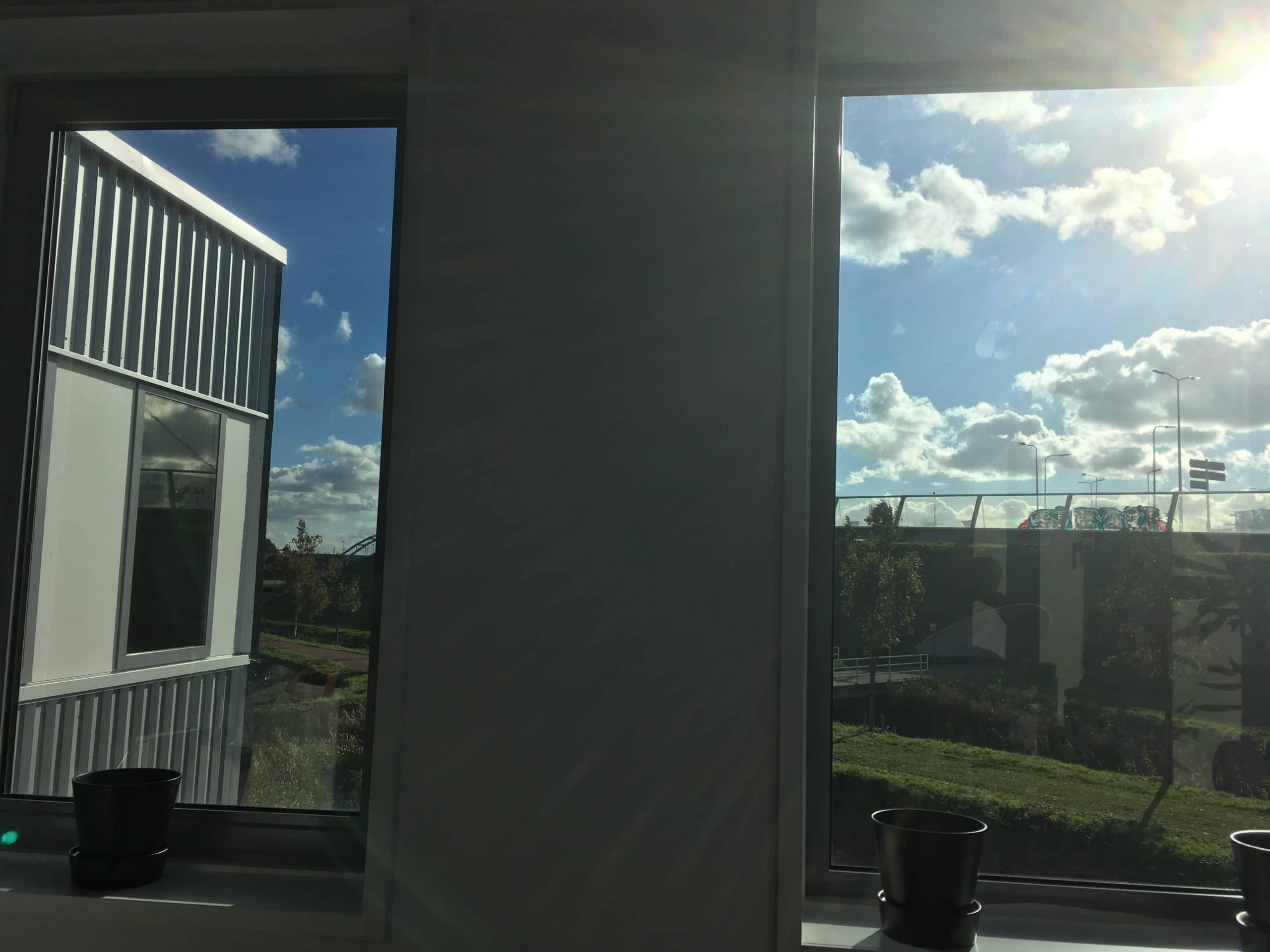 Kantoor voorzien van Sunblock Truevue 30 glasfolie, de hinderlijke schittering op beeldschermen is verdwenen, de zonnewarmte gereduceerd