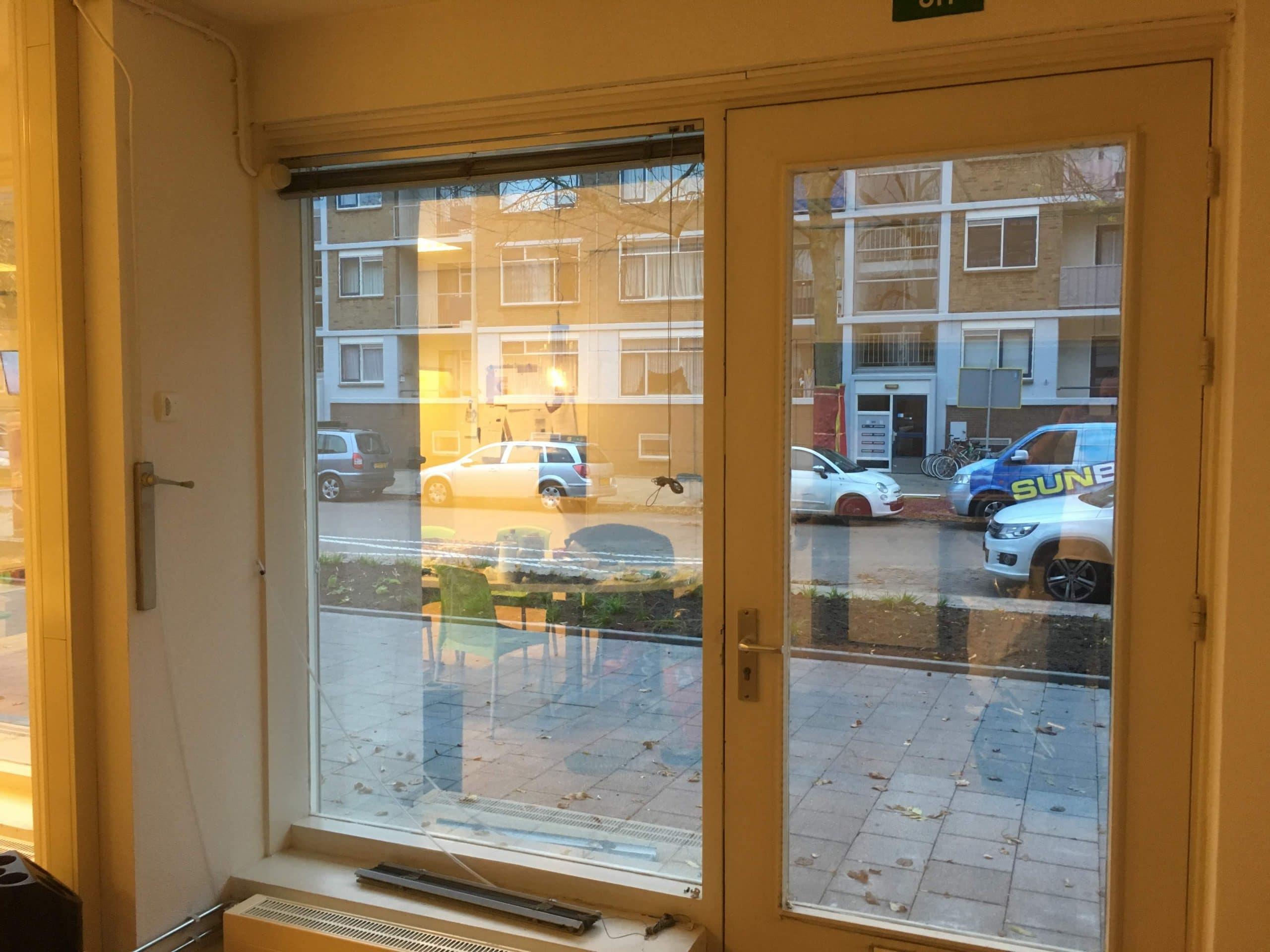 Sunblock Zilver 20 gemonteerd teneinde inkijk te beperken en zonnewarmte buiten het gebouw te houden