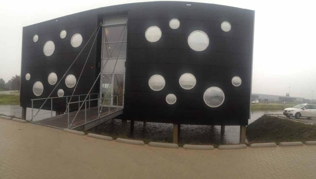 Zonnewarmte wering op kunststof - Sunblock Zilver 20 Polycarbonaat werd gemonteerd op ronde panelen. Zonnewarmte wering tot 70% bij montage aan de binnenzijde