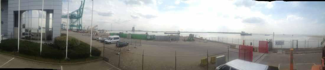 Haven van Antwerpen -  Installatie van Sunblock Zilver 20 glasfolie teneinde de zonnewarmte tot 86% te reduceren en de hinderlijke schittering op beeldschermen tot 80% te reduceren