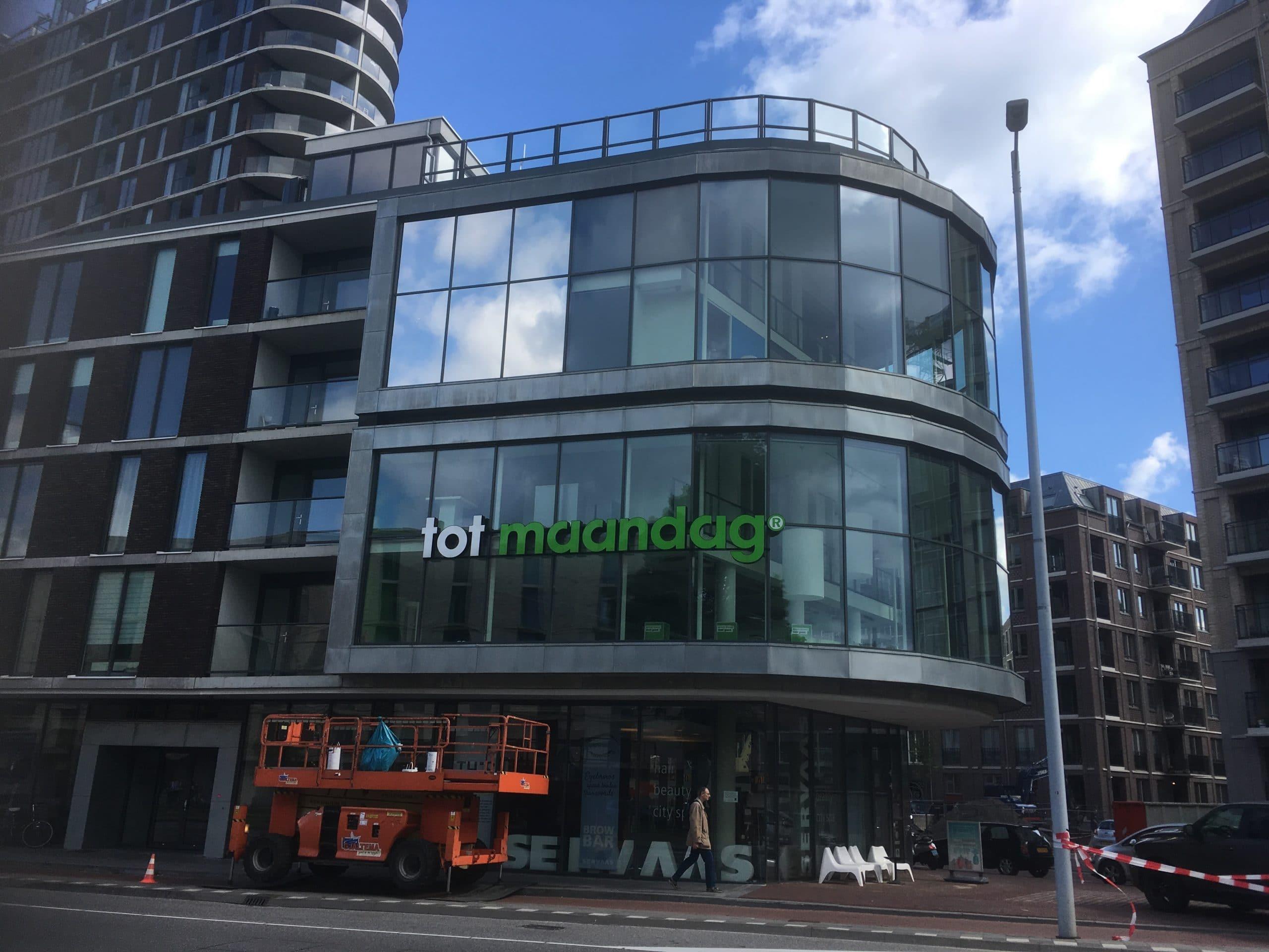 Amsterdam - Montage van Sunblock Zilver 20 glasfolie op de buitenzijde van het glas van kantoren. Hierdoor wordt de zonnewarmte tot 86% gereduceerd !